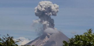 Вулкан выпустил 7-километровый столб пепла: видео